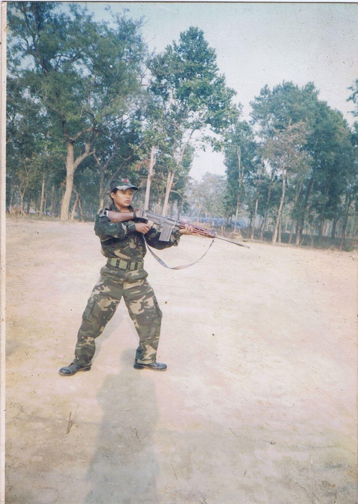 Bild von Mira Rai als Soldatin.
