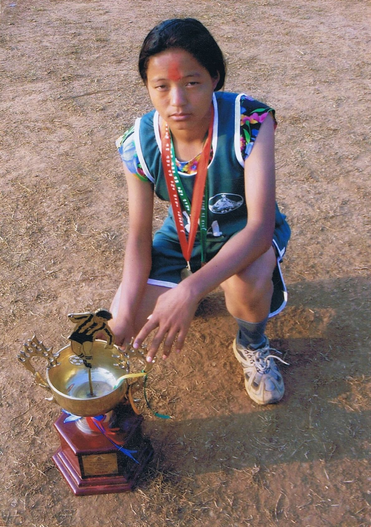 Bild der jungen Mira Rai, nachdem sie ein Rennen gewann.