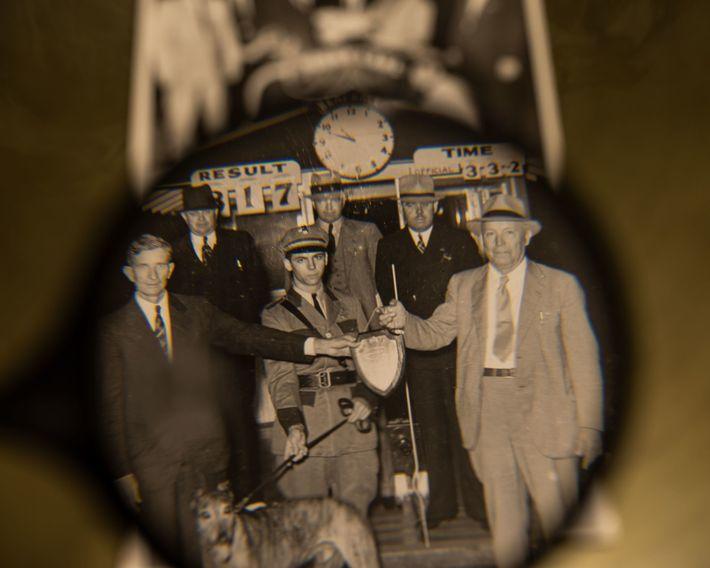 Ein Foto von 1937 aus den historischen Archiven der Derby Lane. In der ersten Reihe, von ...
