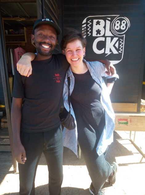 Die deutsche Fotografin Patricia Kühfuss und der Südafrikaner Siya Fonds, Gründer des Concept Stores Block 88 ...
