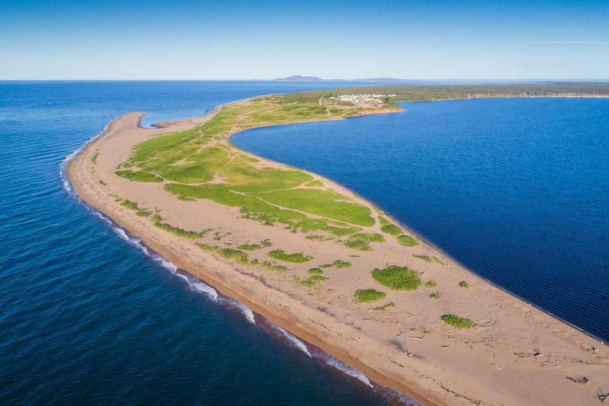 Blick von oben auf eine Sandbank an der Mündung des Moisie River bei Sept-Îles.