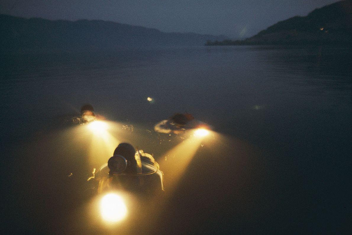 Taucher in Loch Ness auf der Suche nach Nessie