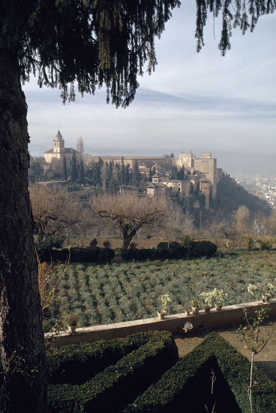 """Die Alhambra, eine maurische Stadtburg im spanischen Granada, wurde von Dichtern als """"in Smaragden gesetzte Perle"""" ..."""