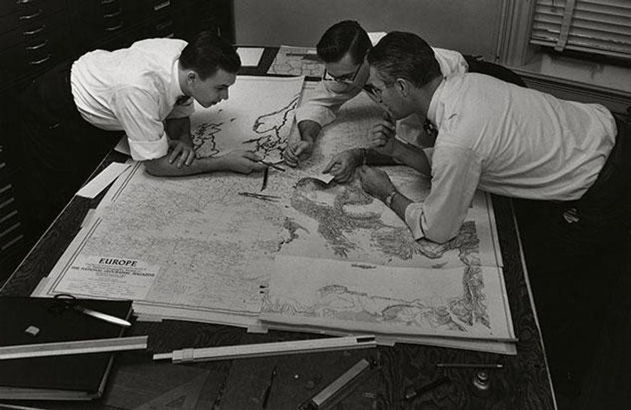 1957 wurden geografische Karten noch von Hand gezeichnet. Für die Kartografen Charles Stern, Robert Ellis und …