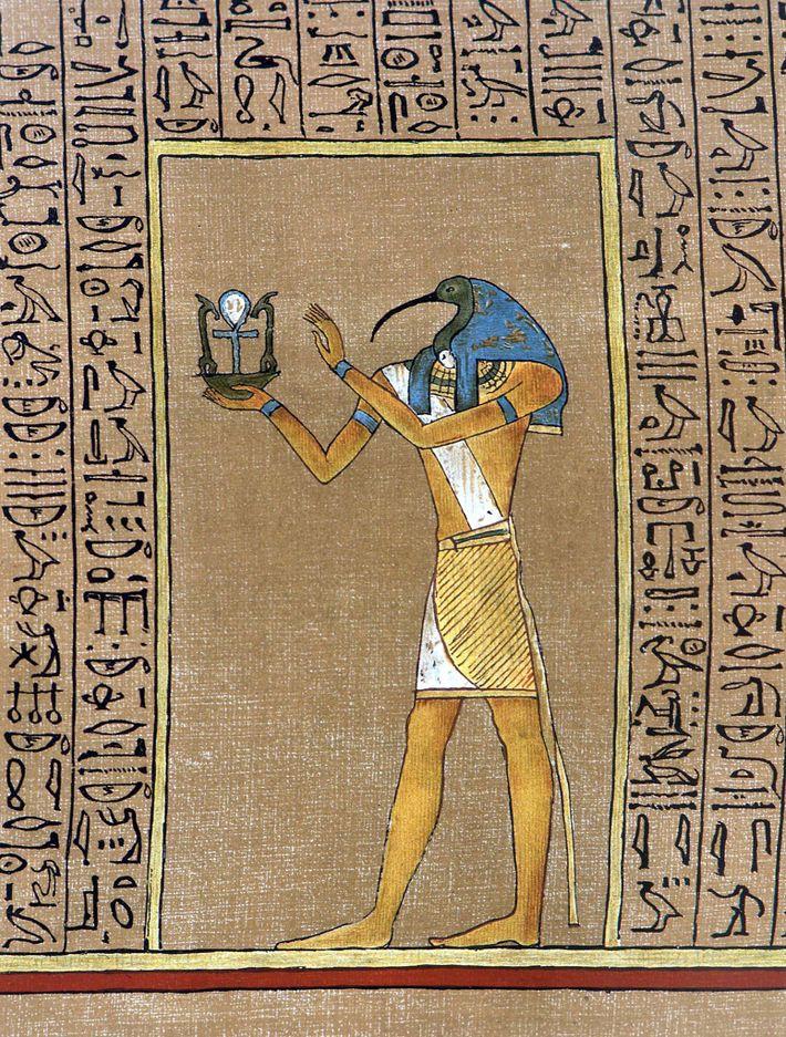 Der ägyptische Gott Toth, der traditionell mit einem Ibiskopf dargestellt wird, hält ein Emblem mit einem ...