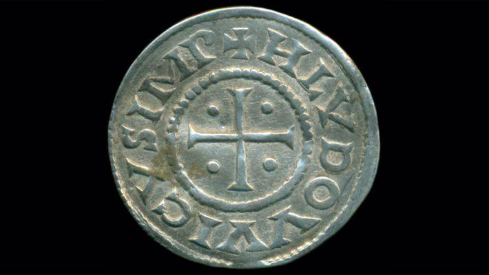 Die Münzen zeigen die Spuren der Jahrhunderte. Da sie unter einem Acker lagen, sind manche wahrscheinlich ...
