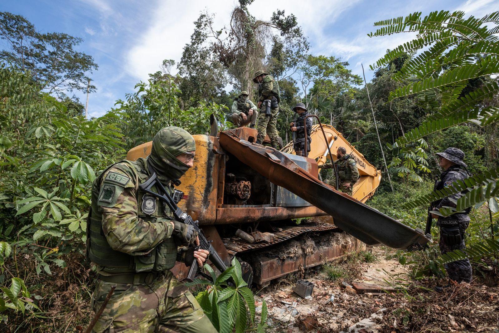 Offiziere der Special Inspections Group der brasilianischen Umweltschutzbehörde IBAMA zerlegen einen Bulldozer, der im Roosevelt Indigenous ...