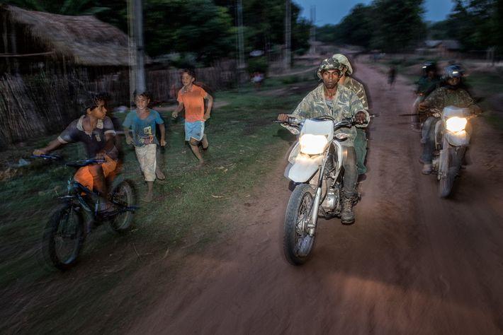 Eine Gruppe Forest Guardians vom Stamm der Guajajara auf Patrouille im Arariboia Indigenous Territory im östlichen ...