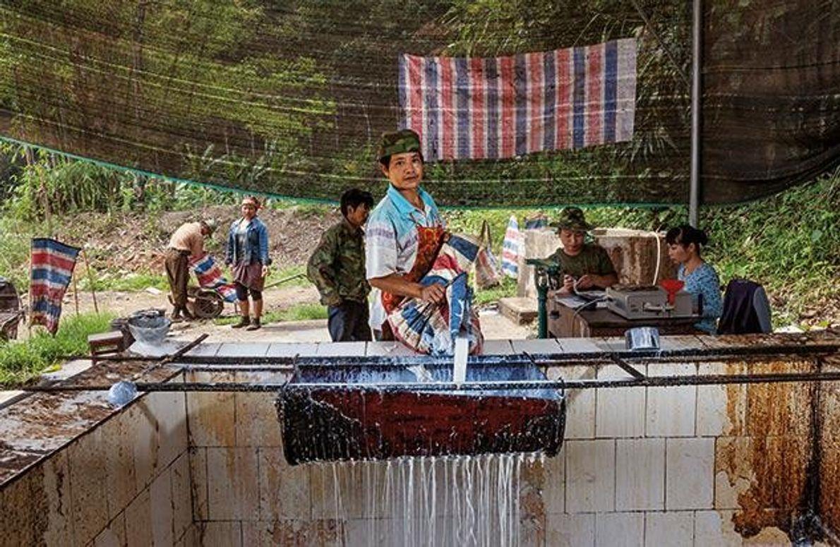 Im Nationalen Naturreservat Nabanhe bei Xishuangbanna gießt ein Arbeiter Rohlatex in einen Tank. In Nabanhe wird …