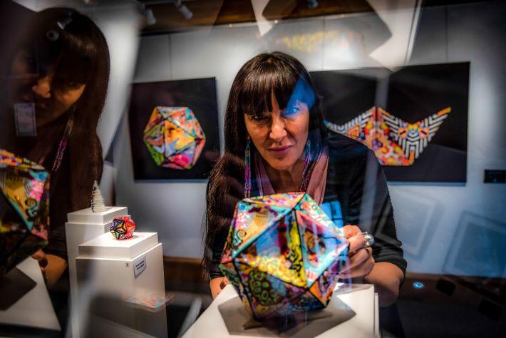 Nadine St-Louis, Geschäftsführerin der Ashukan Cultural Space Galerie in Montréal, schaut sich die Arbeiten des indigenen ...