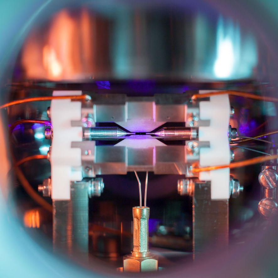 Ein Strontiumatom in dem elektrischen Feld einer Ionenfalle.