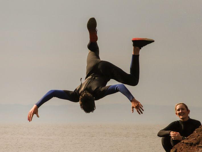 Robbie Clark führt einen Vorwärts-Salto in die Mündung von Seacliff Harbour aus.