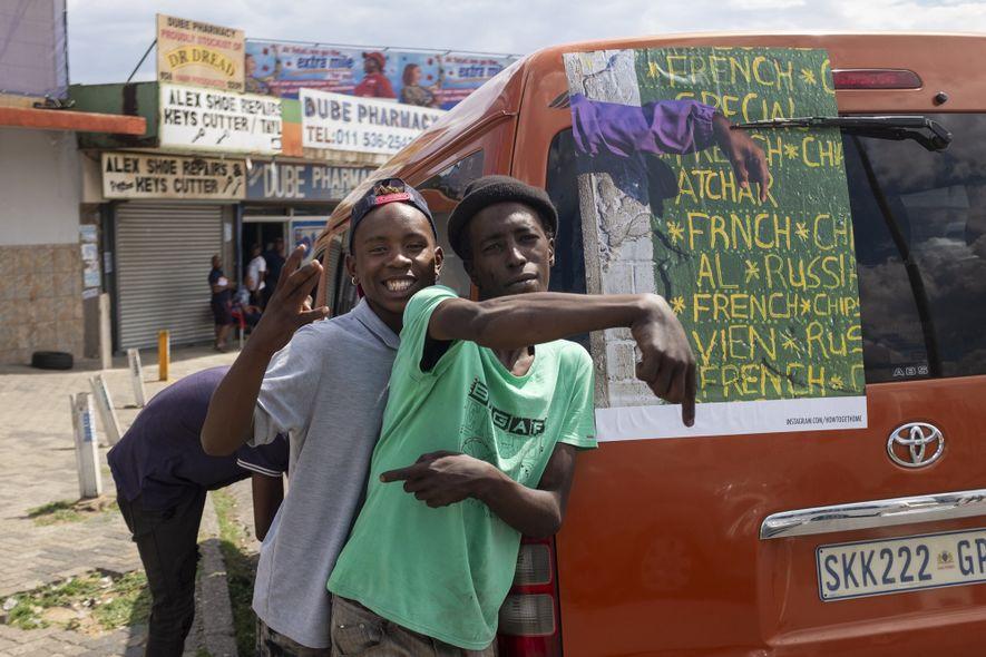 Plakatiertes Minibus-Taxi: Taxifahrer Bonginkosi and Queue Marshall Mpho. Der Queue Marshall weist die Sitzplätze zu und ...