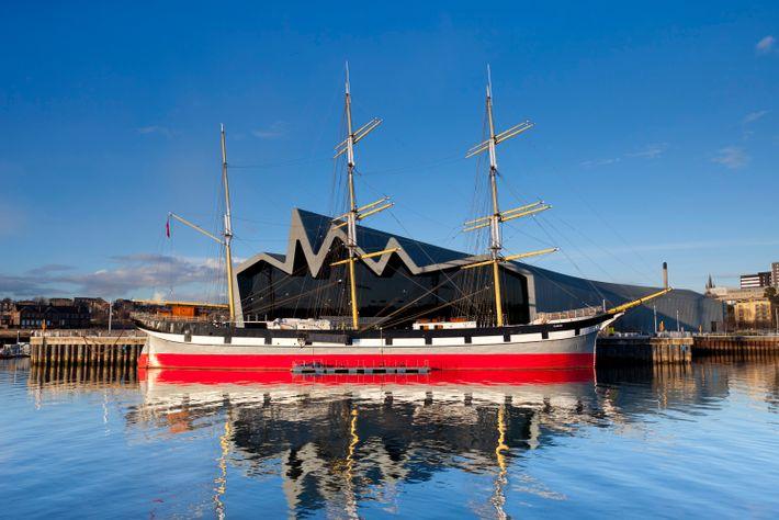 Glasgows reiche Schiffbaugeschichte und Schiffe wie die Glenlee (im Bild) werden im Riverside Museum der Stadt ...