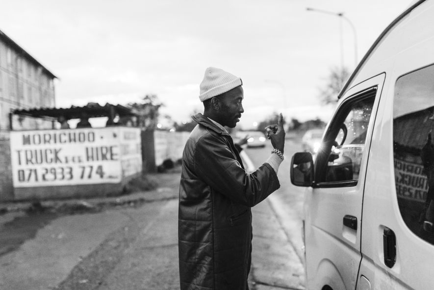 Dieser Mann möchte ins Zentrum Johannesburgs. Dort gibt es viele große Firmen und damit Arbeitgeber.