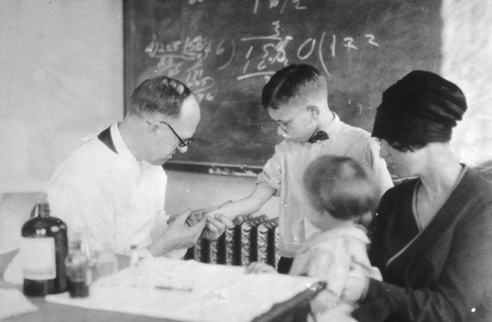 Die erste Impfung wurde 1796 gegen Pocken hergestellt. Seitdem forschen Wissenschaftler an Impfstoffen gegen andere Infektionskrankheiten.