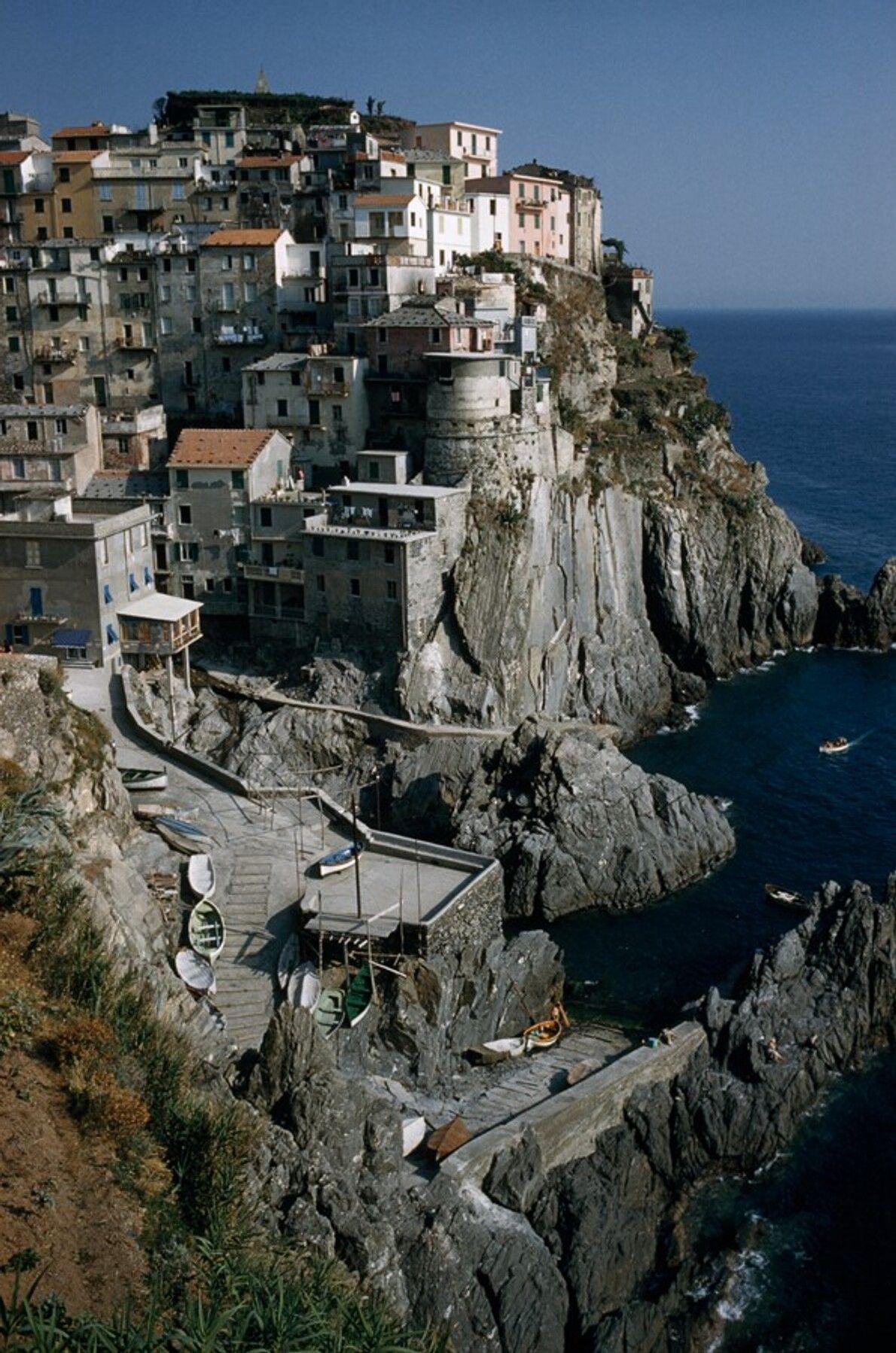 Eine Ansicht von Manarola, einem der fünf Dörfer der Cinque Terre, direkt an steilen Klippen.