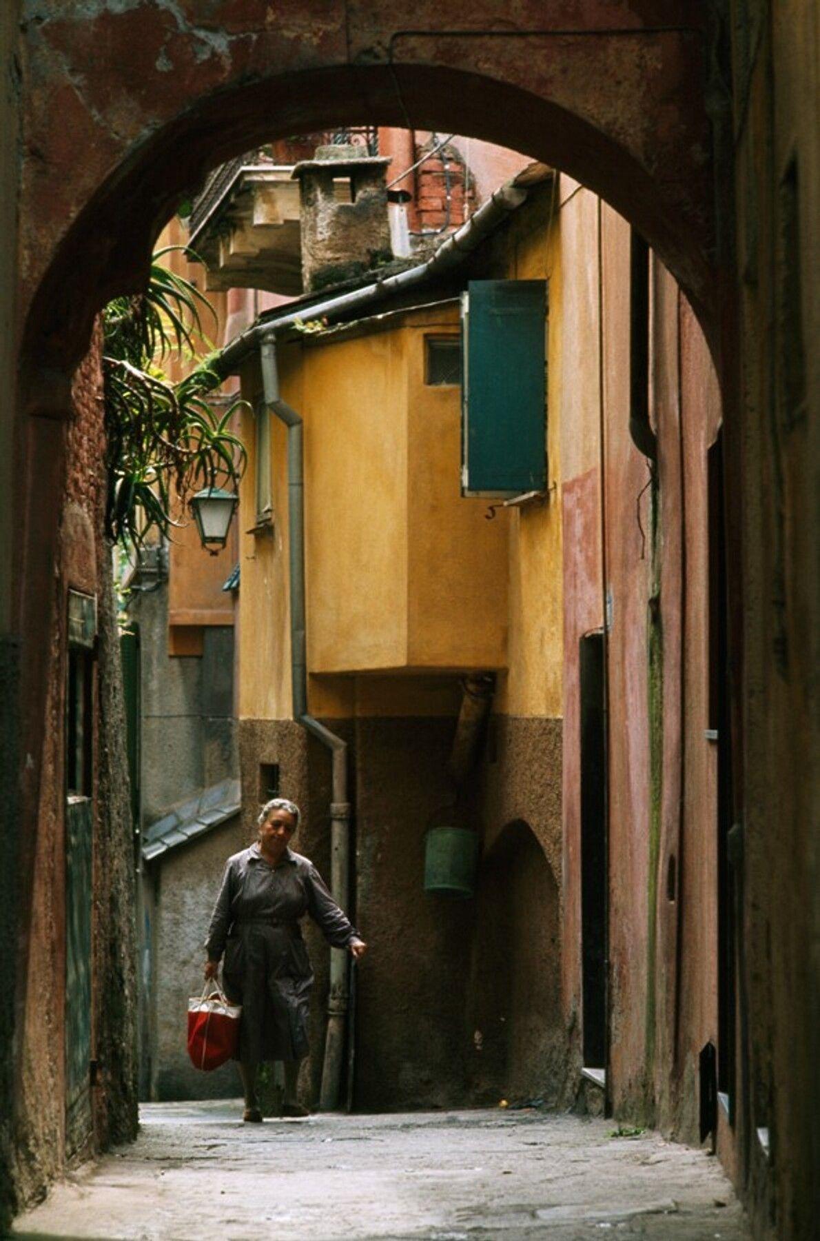 Eine Frau geht in einem Wohngebiet von Portofino in Nordwest-Italien spazieren, einer Kleinstadt auf einer Halbinsel ...