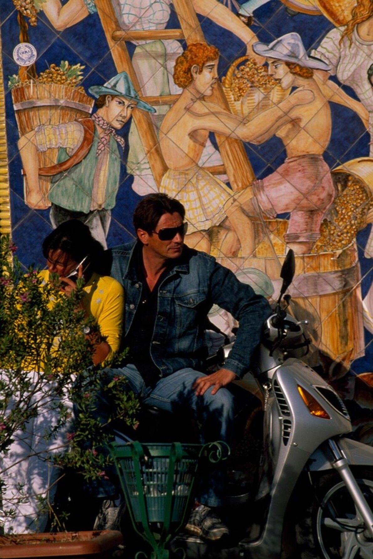 In Vietri, einer Hafenstadt westlich von Salerno an der Amalfiküste, sitzen ein Mann und eine Frau ...
