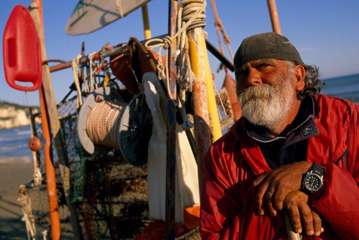 Ein Fischer macht Pause am Strand von Peschici in der Provinz Foggia, direkt am Adriatischen Meer, ...