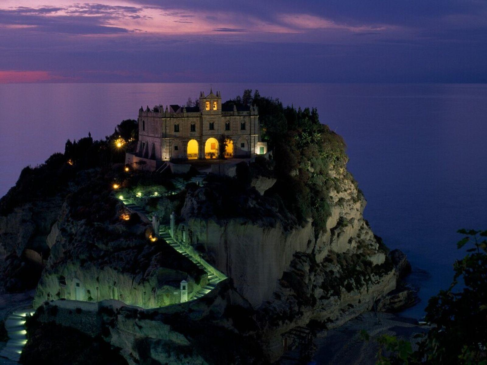 Die Kirche Santa Maria dell'Isola vor der Küste von Kalabrien in Süditalien bei Nacht.