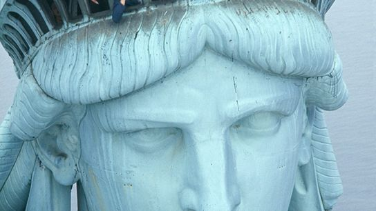 Touristen drängeln sich am Aussichtspunkt in der Krone der Statue.