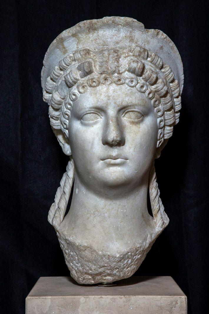 Eine Büste, die sich im Museum des Palazzo Massimo alle Terme in Rom befindet, zeigt Poppaea ...