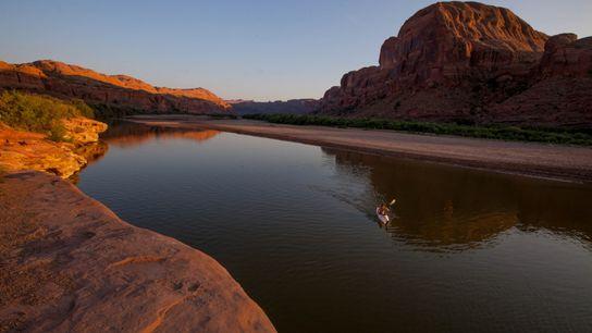 Ein Kajakfahrer auf dem Colorado River, Utah, USA.