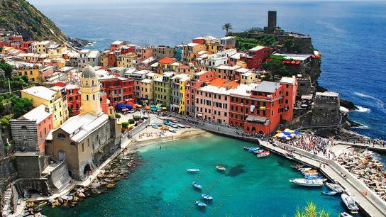 Vernazza gehört ebenfalls zu den Cinque Terre – das Städtchen liegt geschützt in einer Bucht und ...