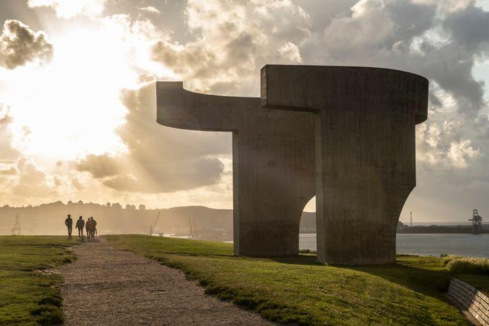 Ein Fußweg auf der Klippe über dem Hafen von Gijón (Xixón) mit einem beliebten Aussichtspunkt von ...