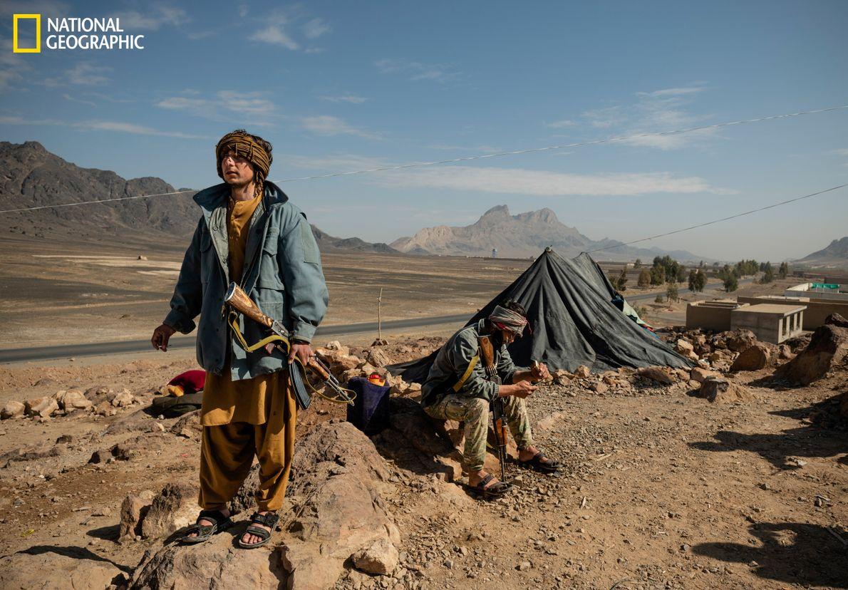 Abdul Ghafoor stehtWache an einem strategischen Außenposten zur Provinzhauptstadt Kandahar, die Flaggen der Taliban bereits in ...