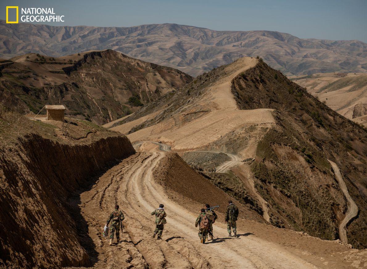 Ohne Fahrzeuge mussten diese Soldaten fünf Stunden bis zur Provinzhauptstadt Faizabad marschieren,nachdem sie vier Wochen an ...