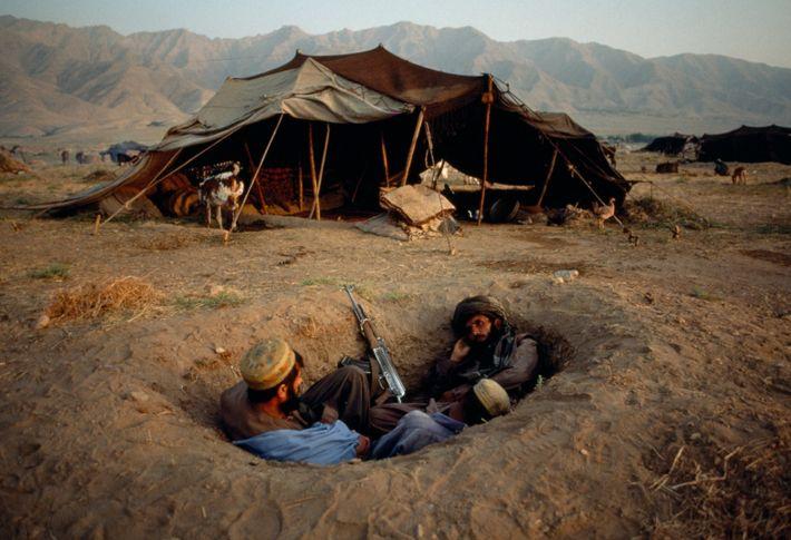 Zwei afghanische Kämpfer suchen 2001 Deckung während des Afghanistankriegs.