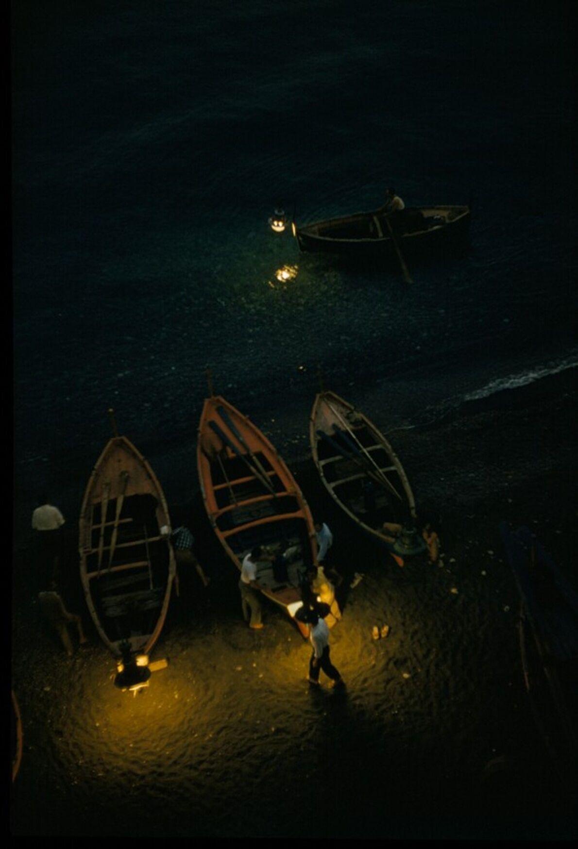 Anchovis-Fischer befestigen Lampen an ihren Booten, wenn sie nachts zum Angeln aufs Meer an der Amalfiküste ...