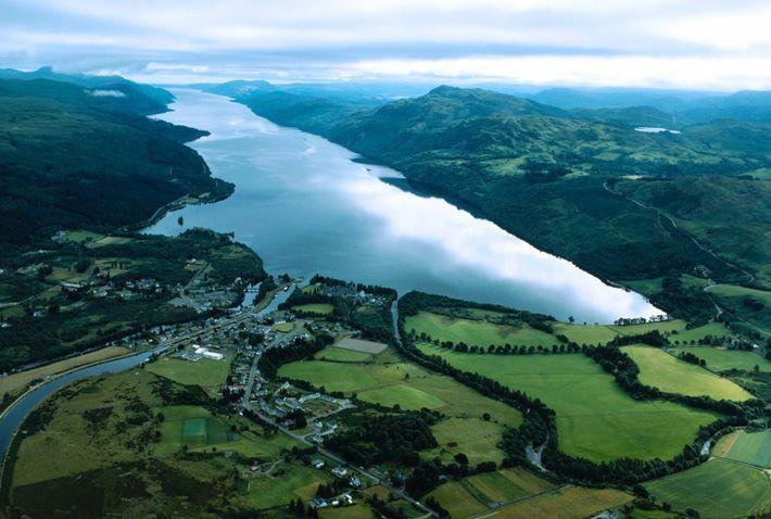 Loch Ness ist fast 37 Kilometer lang und an manchen Stellen über 200 Meter tief – ...