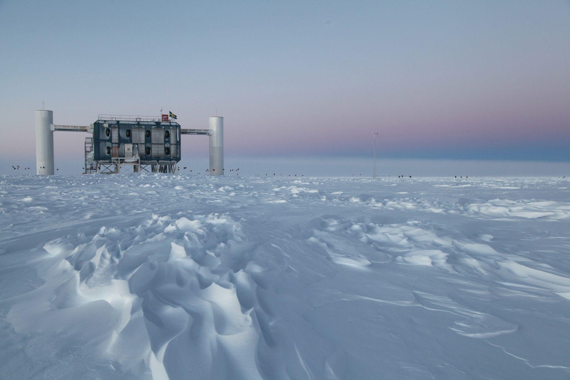 Das IceCube Neutrino Observatory, der größte Neutrinodetektor der Welt, misst tief unter dem Eis der Amundsen-Scott-Südpolstation ...