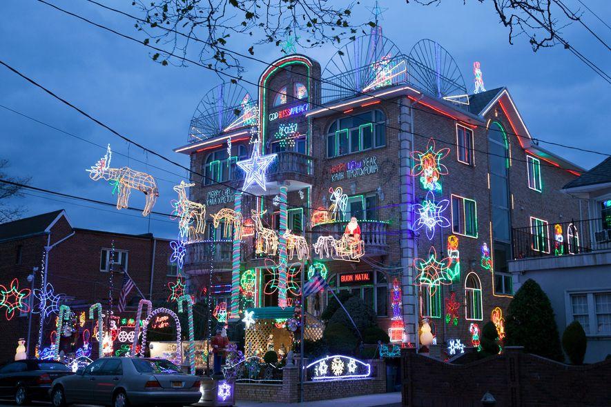 """Sam """"der Grieche"""" Bilas schmückt sein Zuhause mit farbenfrohen Lichtern. Dies ist ein Beispiel für ausufernde ..."""