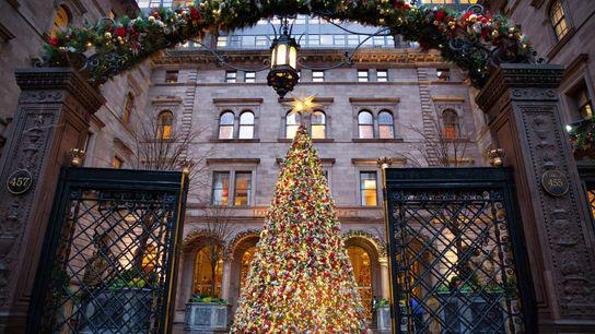 Ein festlich geschmückter Weihnachtsbaum erhellt den Vorplatz des Lotte New York Palace Hotels in Manhattan.