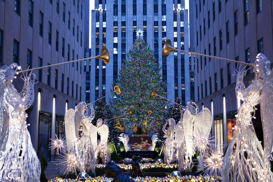 Leuchtende Engelsfiguren rahmen den Weihnachtsbaum am Rockefeller Center in Midtown Manhattan ein.