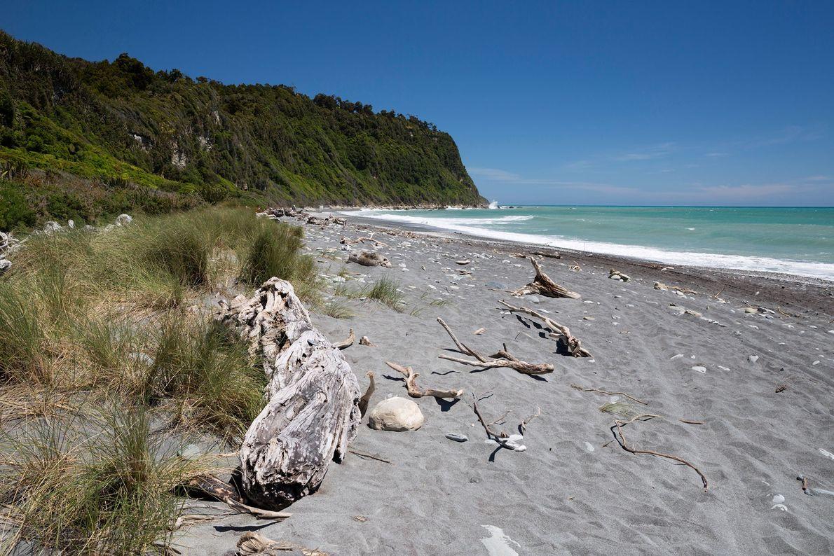 Der Strand von Okarito auf Neuseelands Südinsel ist der perfekte Ort, um den Sonnenuntergang über dem ...