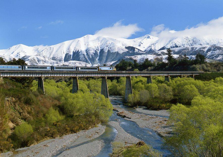 Die fünfstündige Bahnfahrt mit dem TranzAlpine führt durch üppige Landschaften und schneebedeckte Berge und gilt zu Recht als eine der spektakulärsten Bahnfahrten der Welt.