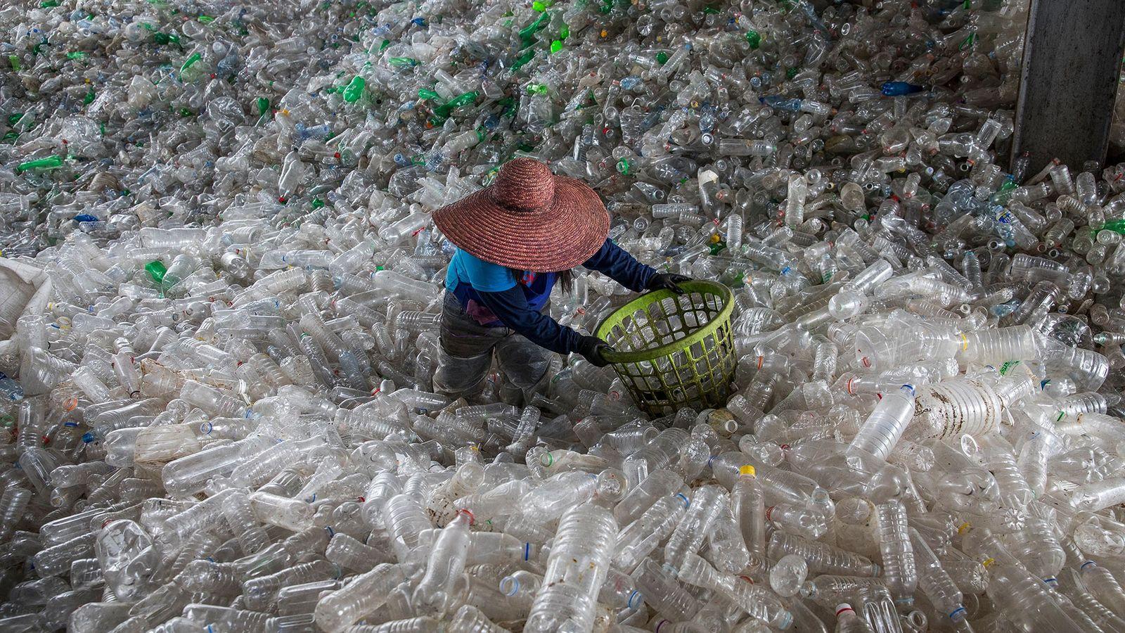 In einer Recyclinganlage in Valenzuela auf den Philippinen türmen sich alte Plastikflaschen auf.
