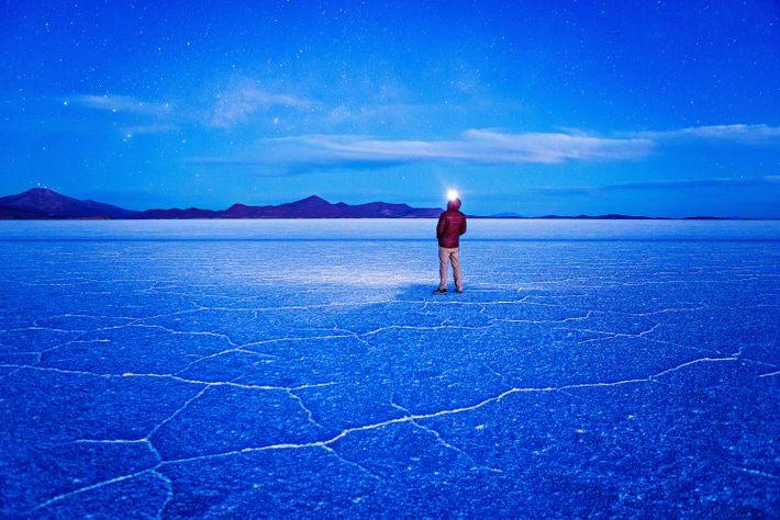 Nachthimmel lässt sie Salzpfanne in sanften Blautönen erscheinen