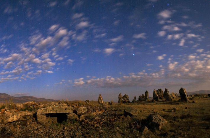 Sirius und die Sterne des Orion leuchten über den Steinen des Gräberfeldes Zorakarer in Armenien.