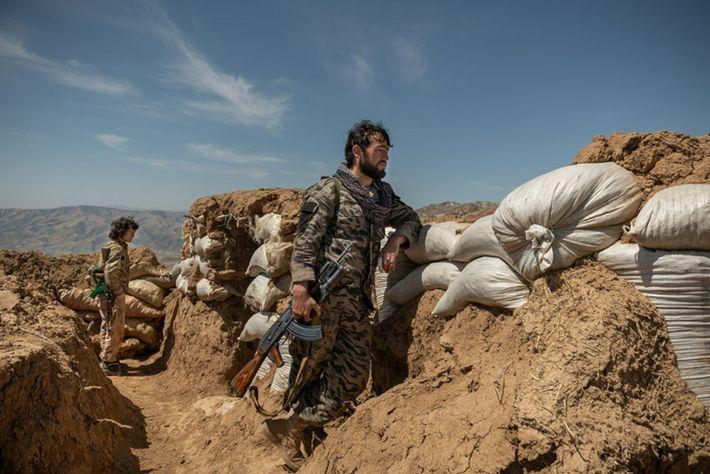 Abdul Wahab, hier zu sehen im Einsatz an einem Außenposten, war früher Mitglied der Taliban und ...