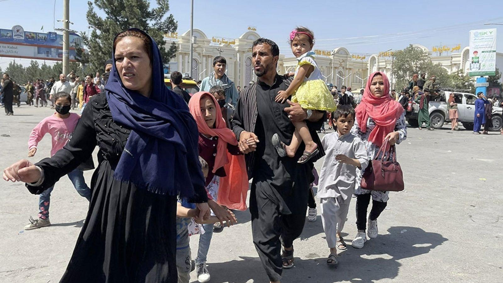 Eine afghanische Familie rennt am 16. August 2021 zum Flughafen von Kabul, um vor den Taliban ...