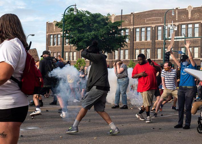 Eine von der Polizei geworfene Blendgranate detoniert am 27. Mai 2020 vor dem 3. Polizeirevier in ...
