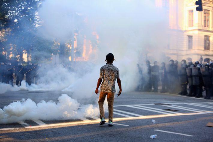 Ein einzelner Demonstrant steht in einer Wolke aus Tränengas. Am 1. Juni 2020 kam es in ...