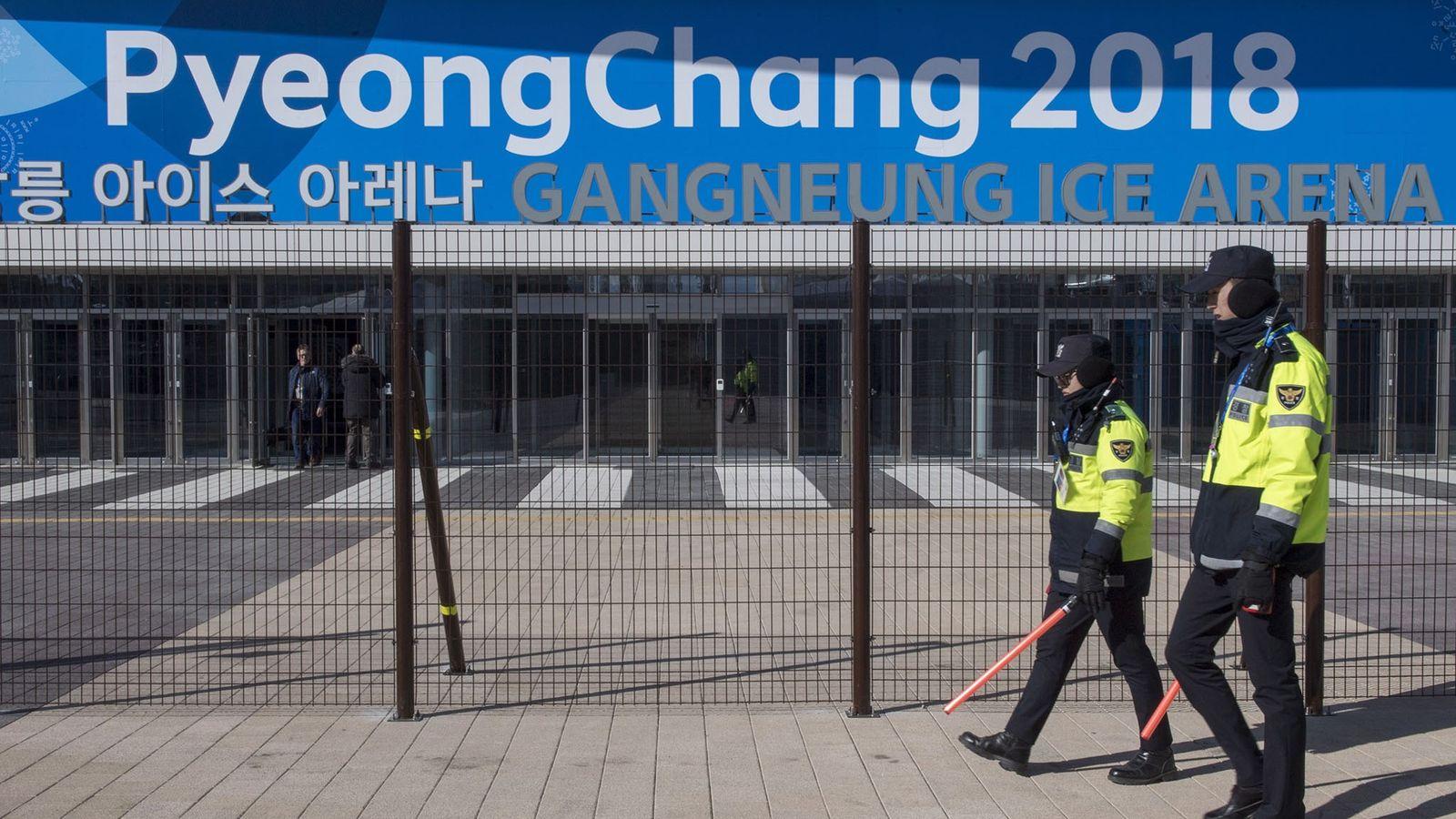 Polizisten laufen am 5. Februar 2018 an der Gangneung-Eissportarena vorbei, in der der Eiskunstlauf und der ...