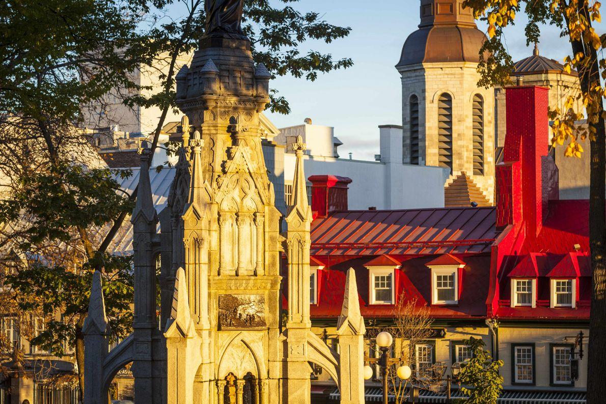 Das goldene Morgenlicht fällt auf den Turm der Kathedralbasilika Notre-Dame de Québec und einige der historischen ...